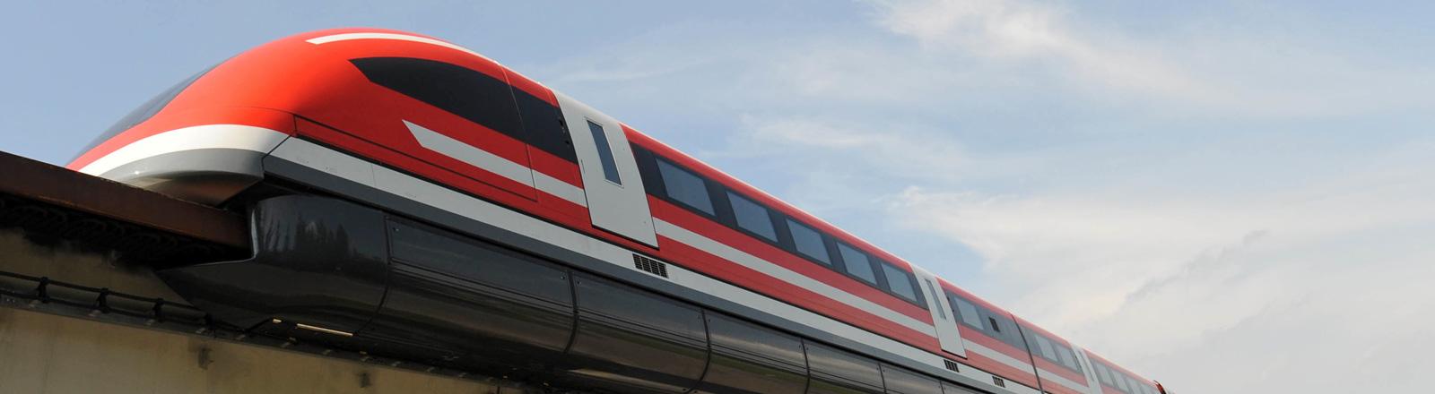 Der Transrapid TR 09 steht 2008 auf der Testrecke in Lathen. Ein roter Zug auf einer Schwebebahn; Foto: dpa
