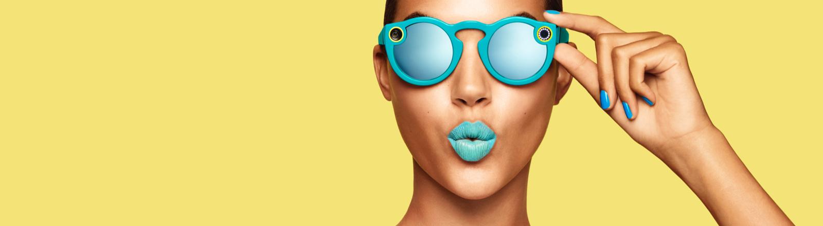 Eine Frau trägt die Spectacles von Snapchat.