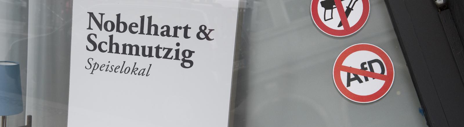 """Das Restaurant Nobelhart & Schmutzig hat den Aufkleber """"Keine AfD"""" aufgehängt."""
