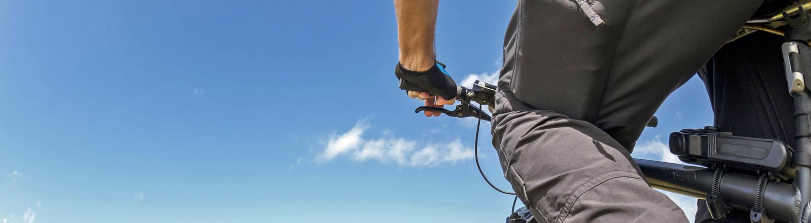 Ein Mann fährt E-Bike.