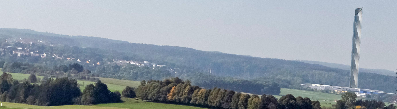 Blick auf den Aufzug-Testturm von Thyssen Krupp aus der Ferne; Foto: thyssenkrupp