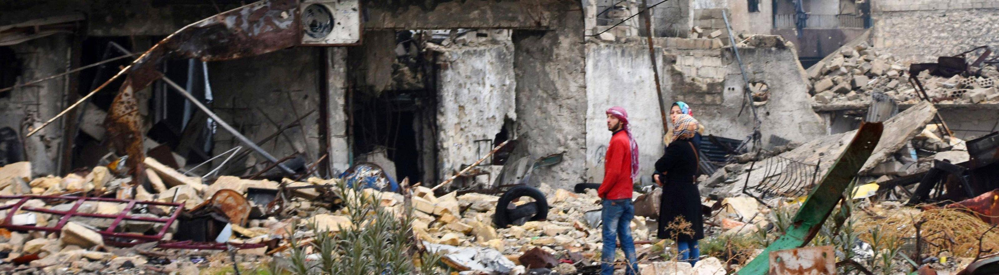 Am 13.12.16 stehen ein Mann und zwei Frauen vor einem Haus, das weitestgehend zerstört ist.
