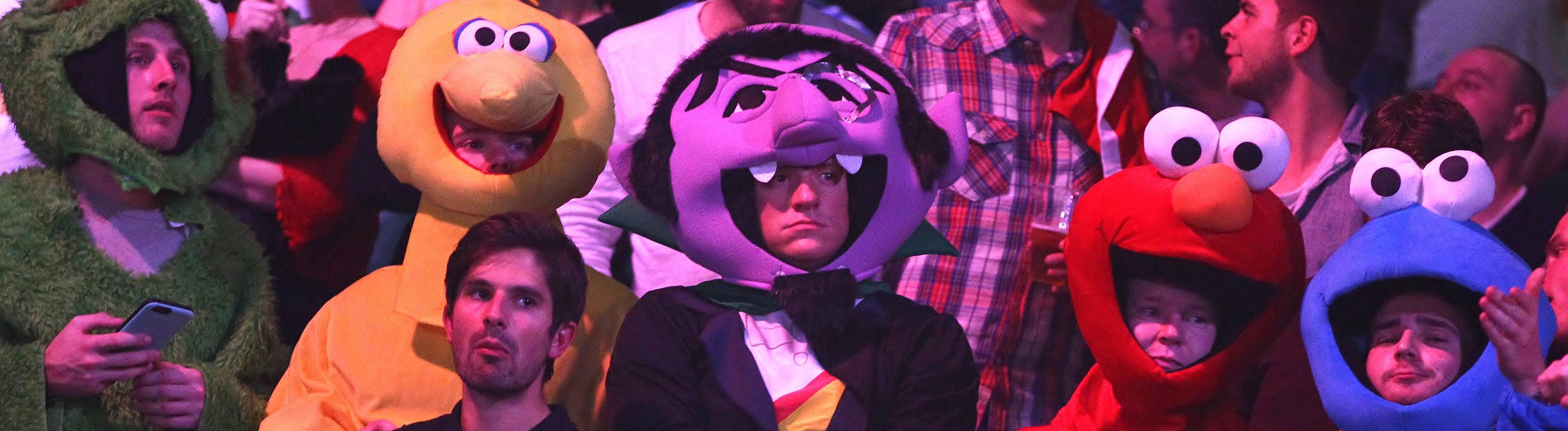Fans bei der Darts-WM 2015 in London im Alexander Palace. Sie stecken in Ganzkörperkostümen.
