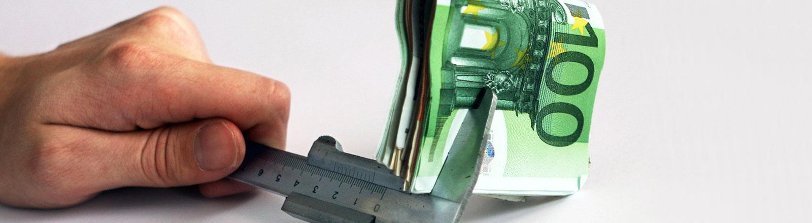 100€-Geldschein wird vermessen