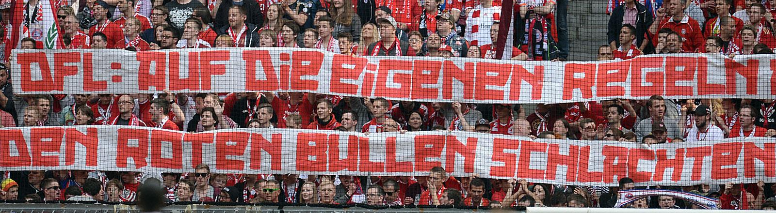 Bayern-München-Fans halten 2014 Transparent hoch