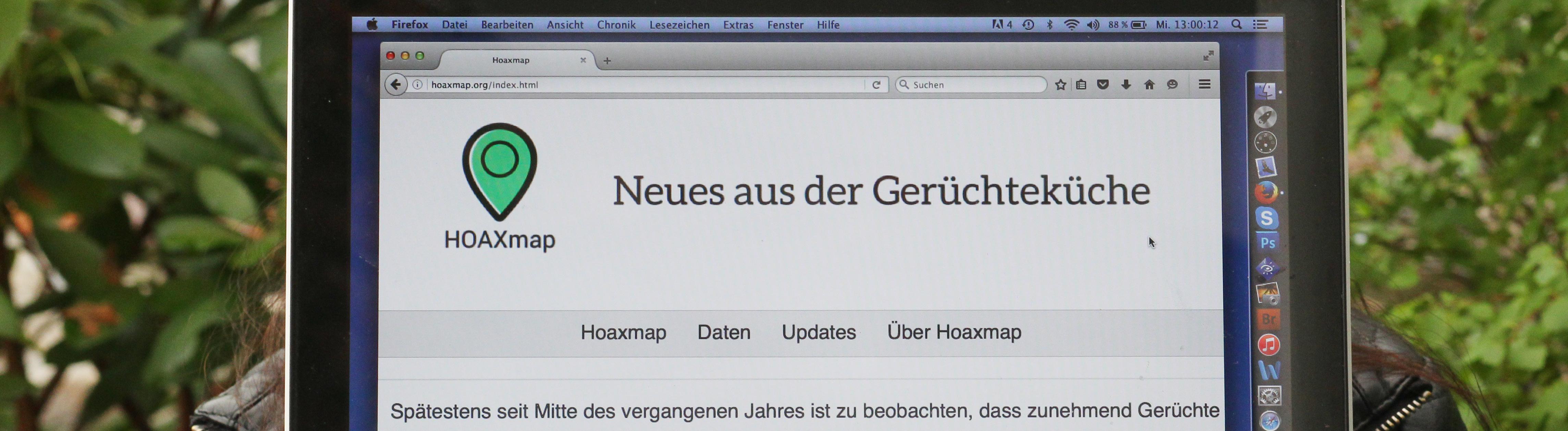 Karolin Schwarz hält ihre Website auf einem Rechner in die Kamera
