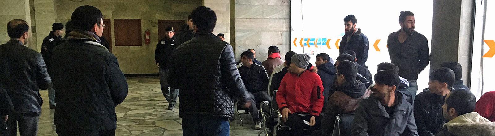 Aus Deutschland abgeschobene Flüchtlinge am Flughafen Kabul
