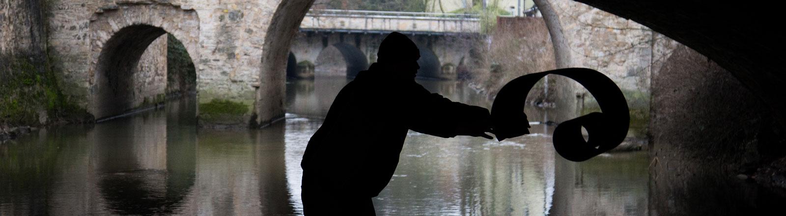 Obdachloser unter einer Brücke