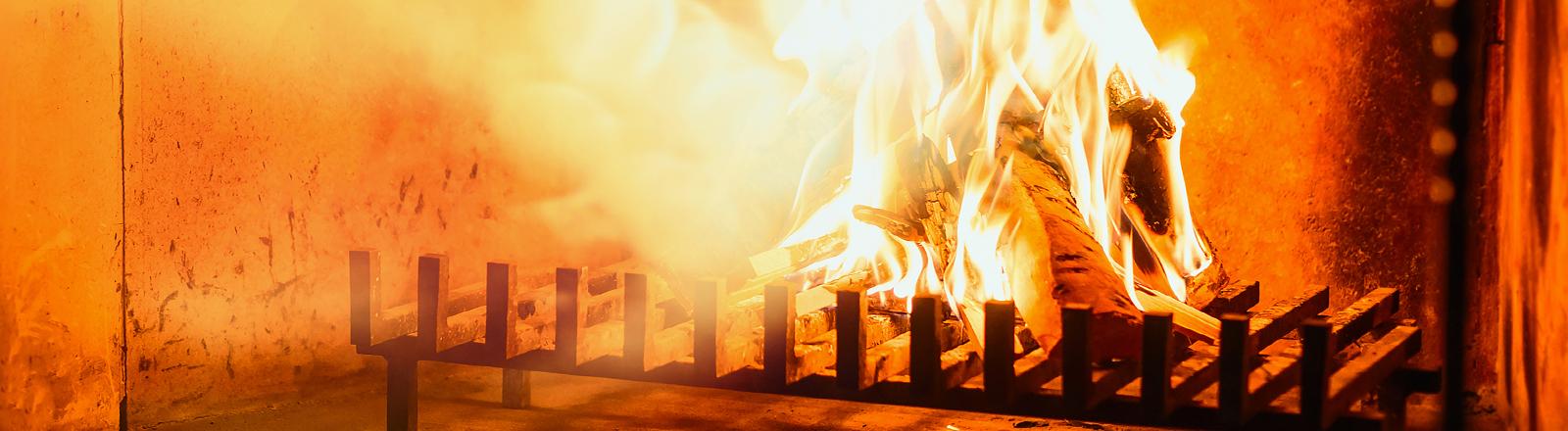 Ein Feuer im Kamin.