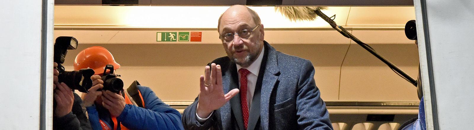 Der designierte SPD-Kanzlerkandidat Martin Schulz steht am 07.02.2017 im Bahn-Werk Neumünster (Schleswig-Holstein) in einem Waggon.