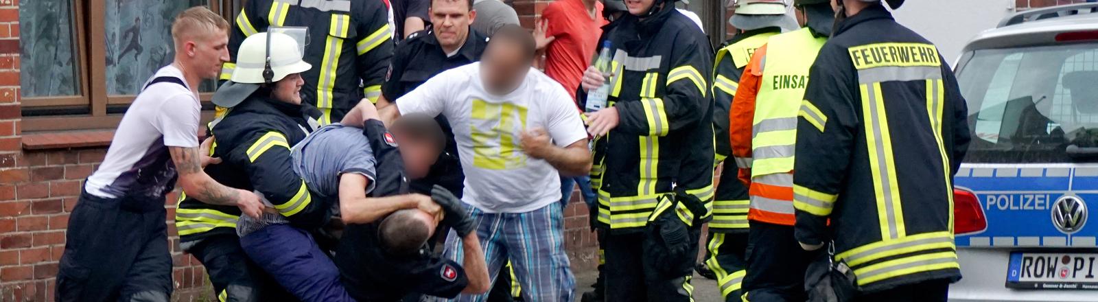 In Bremervörde geraten Polizisten und Rettungskräfte mit Gaffern aneinander.