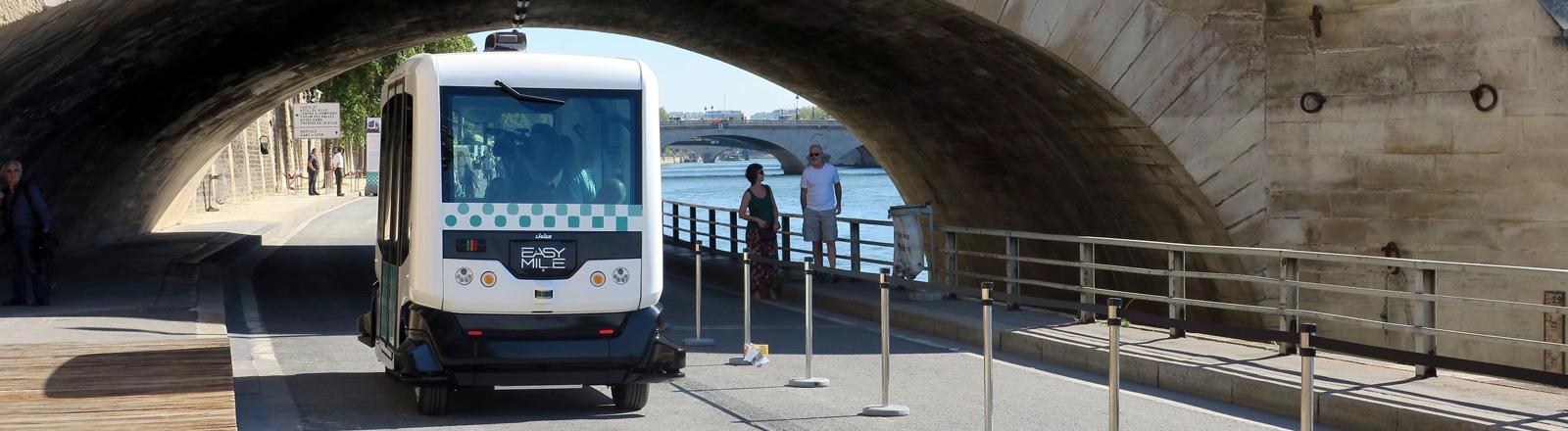 Ein selbstfahrender Elektrobus in Paris