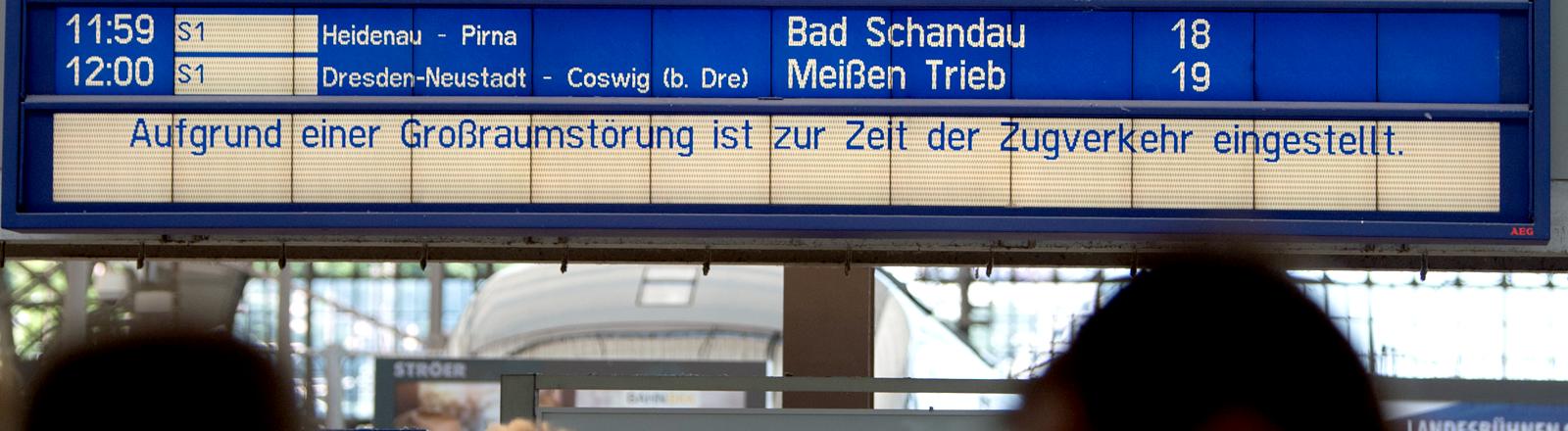 Eine Anzeigentafel bei der Bahn zeigt die Störung an