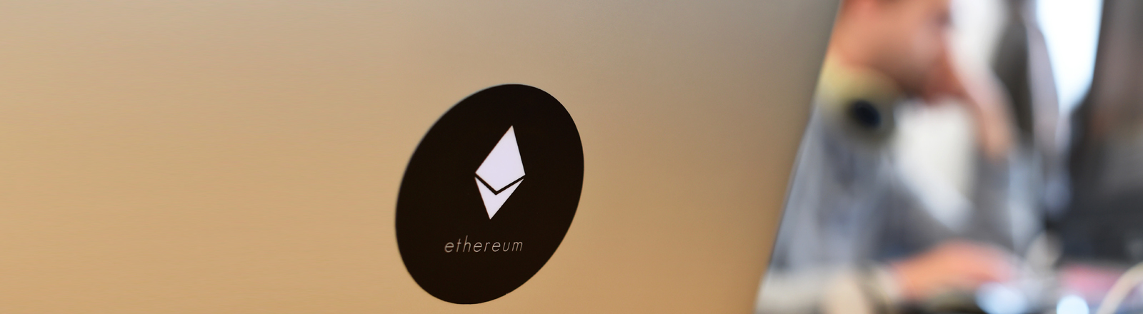 Aufgeklapptes Notebook mit Logo der Plattform Ethereum