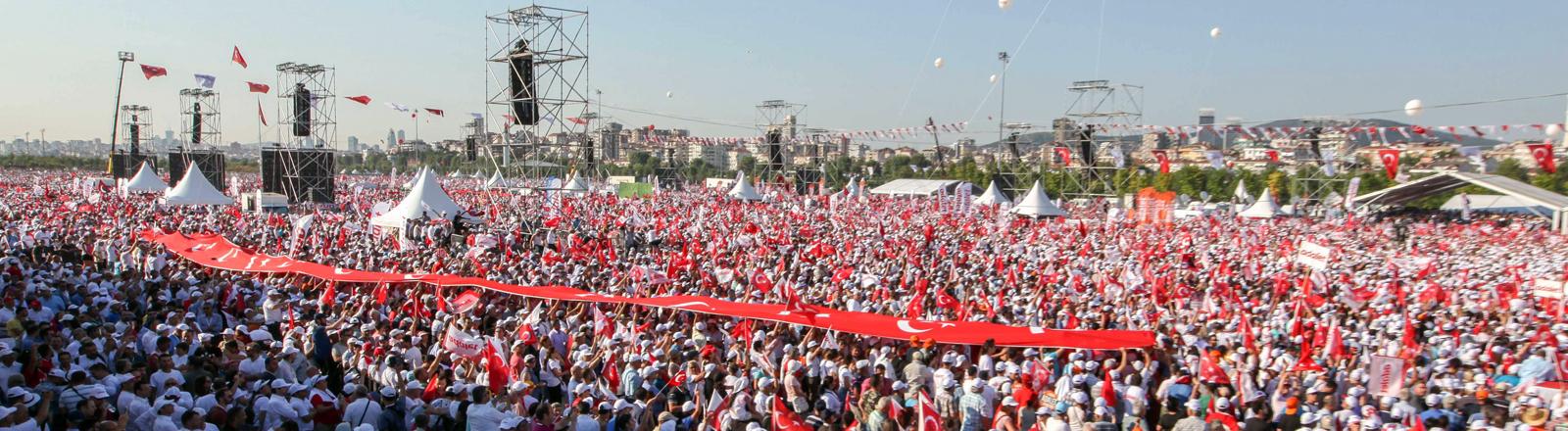Großkundgebung beim Marsch für Gerechtigkeit in Istanbul