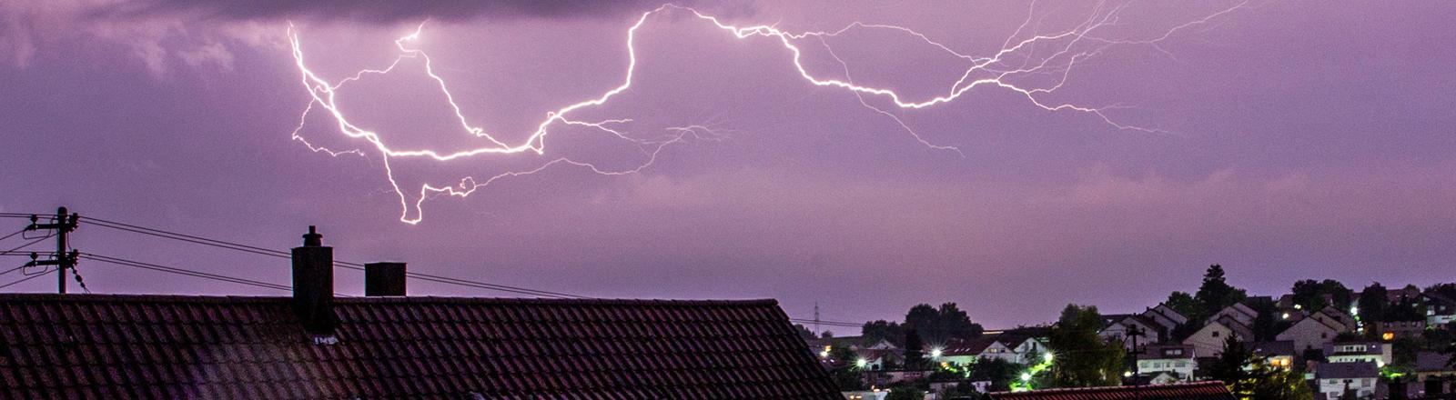 Blitz über einer Stadt