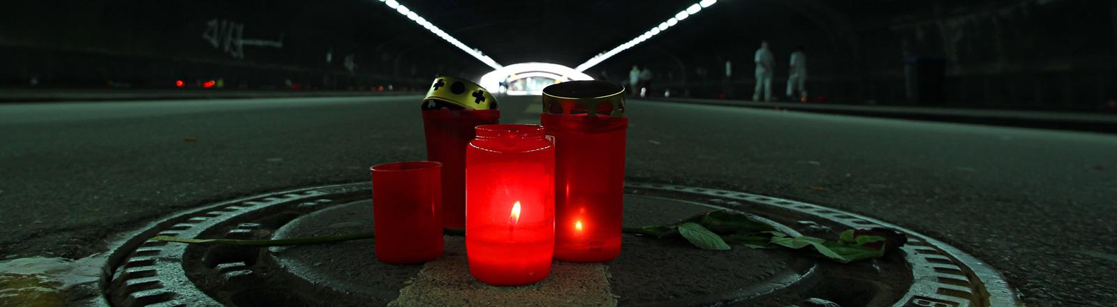 Zwei Wochen nach dem Loveparade-Unglück stehen am 09.08.2010 in Duisburg im Tunnel nahe der Unglücksstelle mitten auf dem Gehweg Trauerkerzen; Foto: dpa