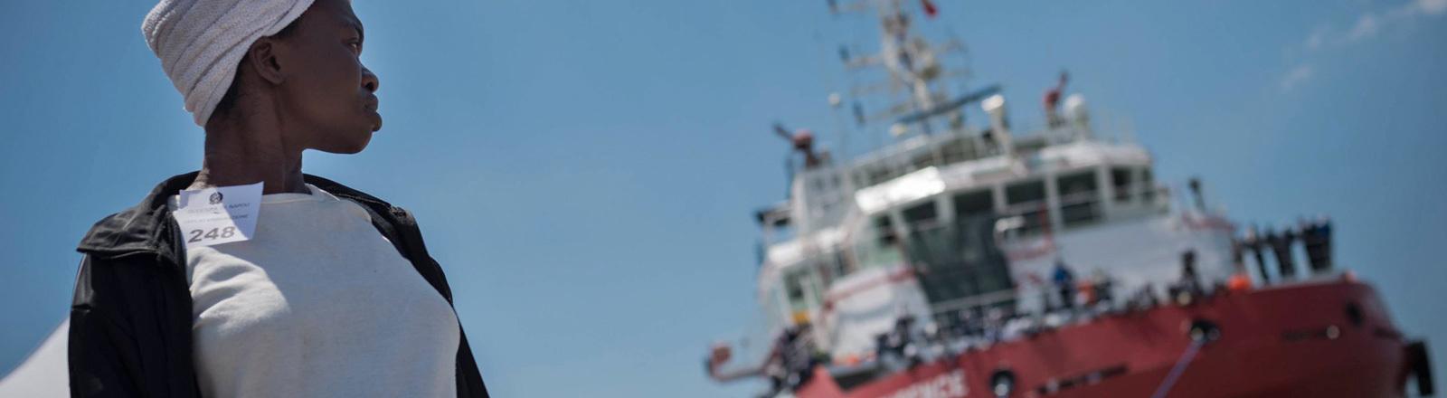 Das Schiff Vos Prudence von Ärzte ohne Grenzen bringt am 28.05.2017 Flüchtlinge an die italienischen Küste.