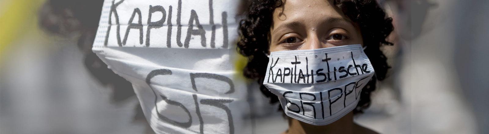 """Frau mit Mundschutz, auf dem steht """"Kapitalistische Grippe"""" 31.05.2009 in Berlin"""