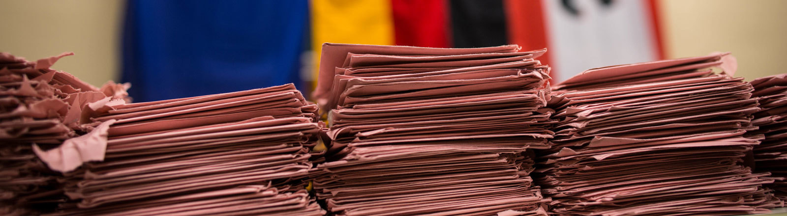 Rote Wahlbriefe liegen am 22.09.2013 in einem Briefwahllokal in Friedrichshain in Berlin.