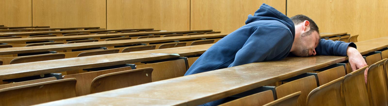 Ein Student hängt im Hörsaal ab.