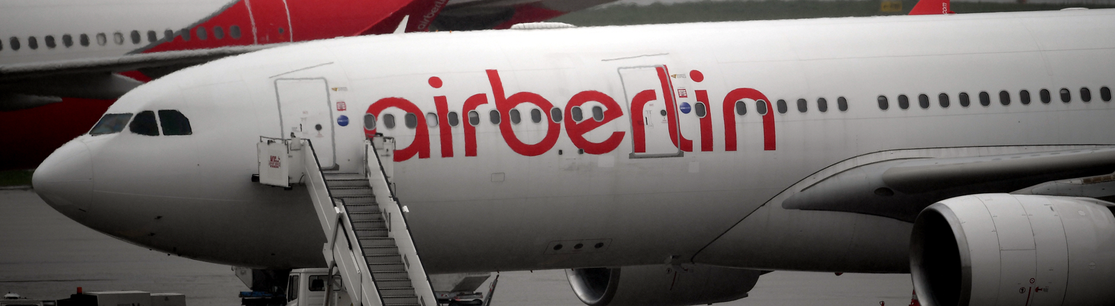 Ein Flieger von Airberlin am Boden bei schlechtem Wetter