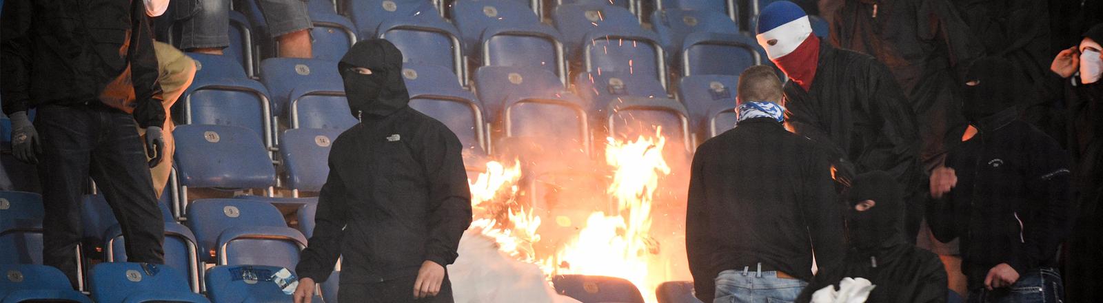 Hooligans zünden beim Spiel Hansa Rostock gegen Hertha Sitzschalen im Stadion an