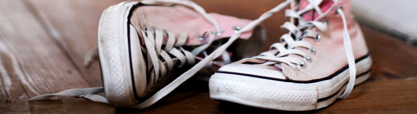 Alte, getragene, rosa Sneakers