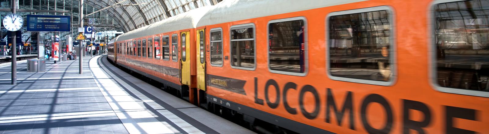 Ein Zug von Locomore im Bahnhof Stuttgart