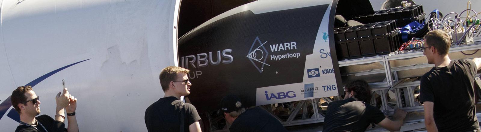 Das Team der TU München an der Hyperloop-Röhre am 29. Januar 2017 in Hawthorne, Kalifornien, USA.