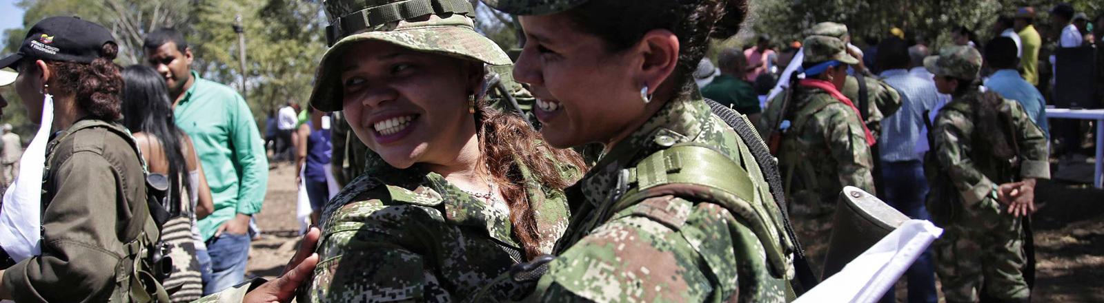 Zwei Ex-FARC-Rebellinnen umarmen sich in einer Transitzone. Dort werden die Waffen abgelegt. (01.02.2017)