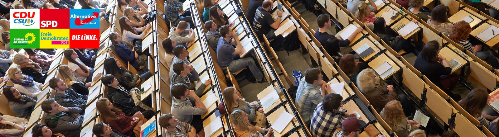 Studenten sitzen am 10.04.2014 bei der Erstsemesterbegrüßung am Campus Koblenz der Universität Koblenz-Landau im großen Hörsaal; Foto: dpa