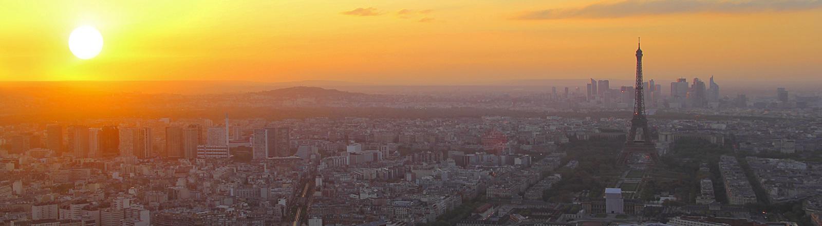 Blick auf Paris mit Eiffelturm und Sonnenuntergang.