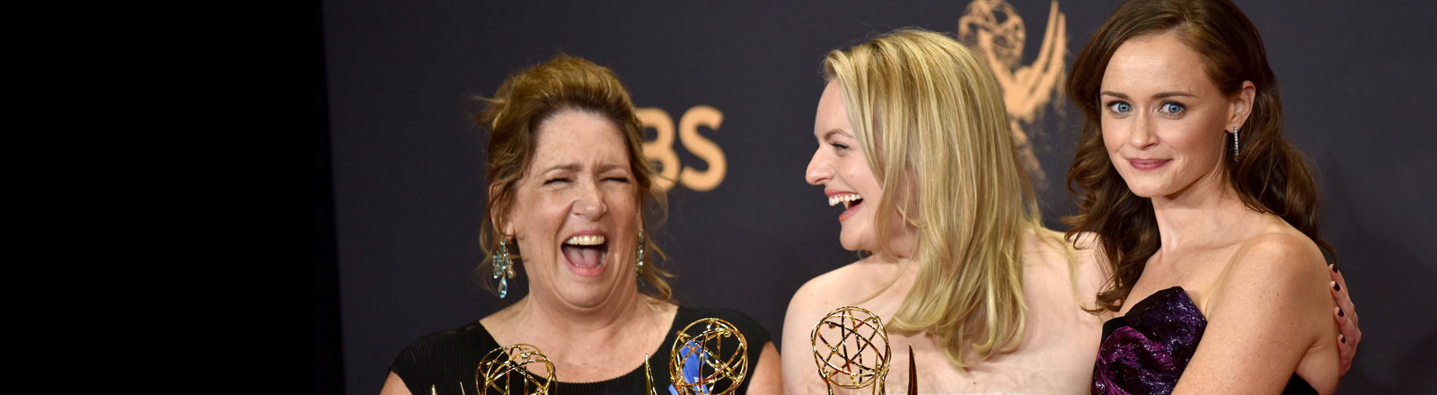 Ann Dowd, Elisabeth Moss und Alexis Bledel mit ihren Emmys für The Handmaid's Tale