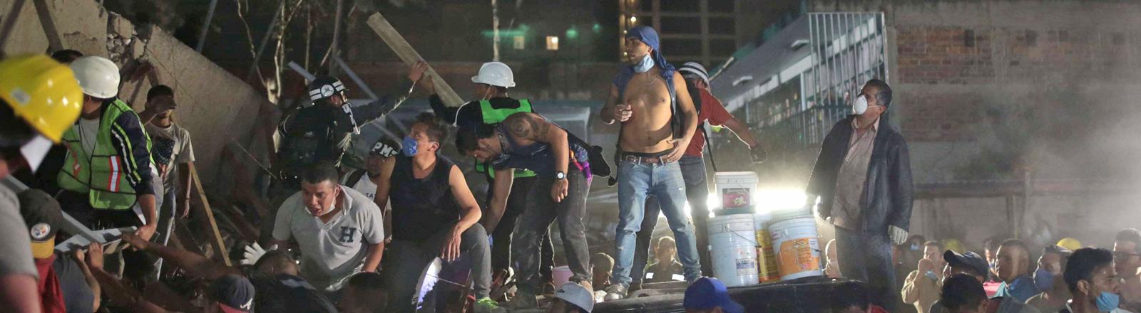Helfer in den Trümmern nach schwerem Erdbeben in Mexiko City