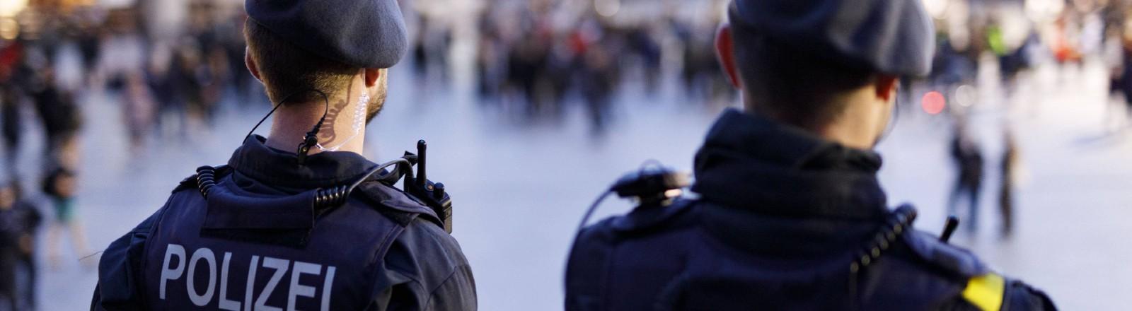 Zwei Polizeibeamte aus NRW von hinten in Unifrom