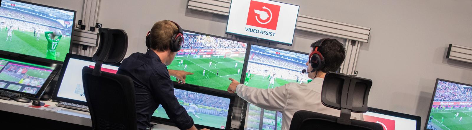 Schiedsrichter und Operator in einem Videoassistcenter