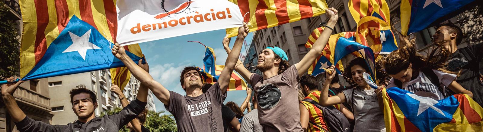 In Barcelona demonstrieren am 3.10.2017 junge Leute für die Unabhängigkeit Kataloniens.
