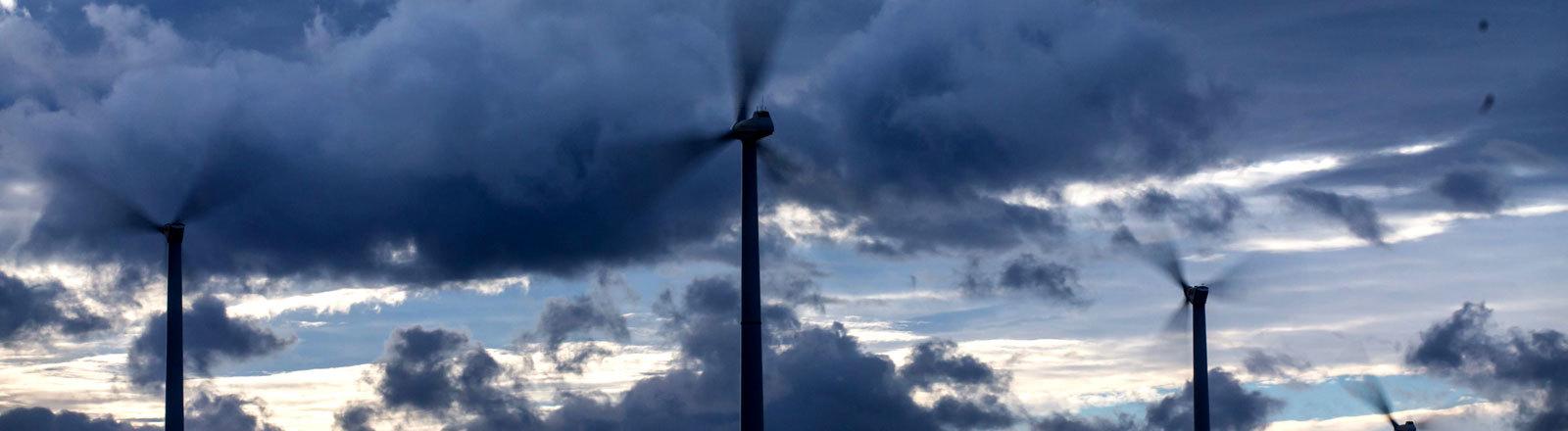 Windräder bei starkem Wind