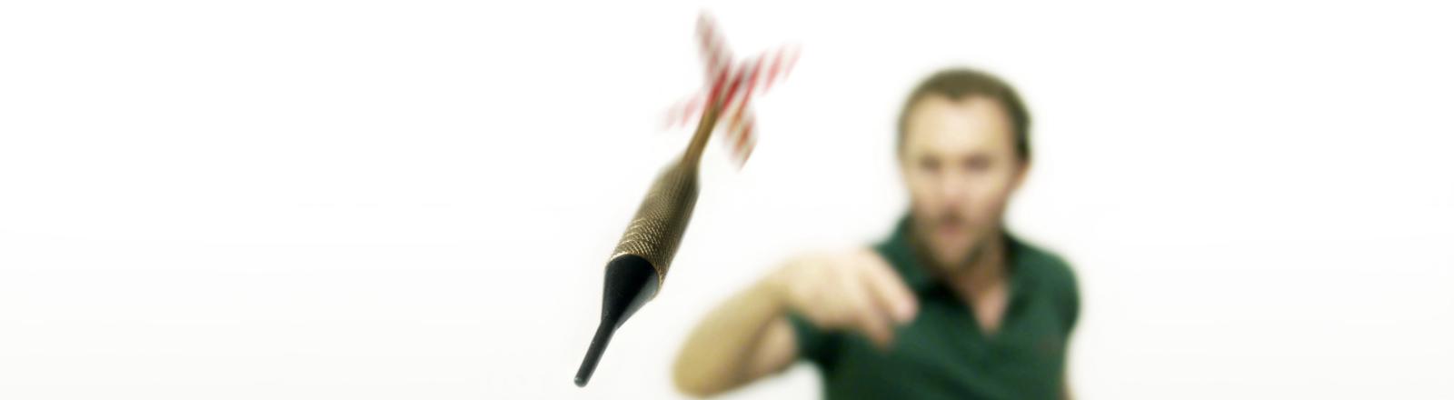 Dartpfeil fliegt, Spieler im Hintergrund