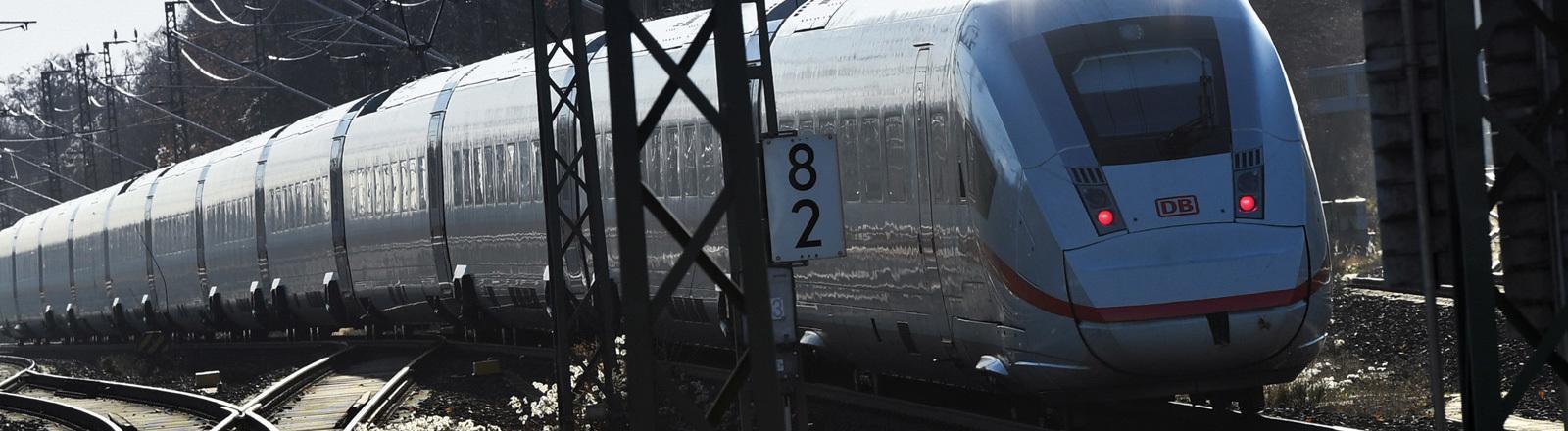 """Der ICE 4 """"Martin Luther"""" fährt in Berlin aus dem Bahnhof Südkreuz aus (29.11.2016); Foto: dpa"""