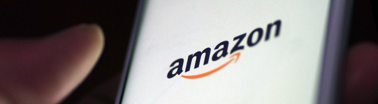 Smartphone mit Amazon-Schriftzug