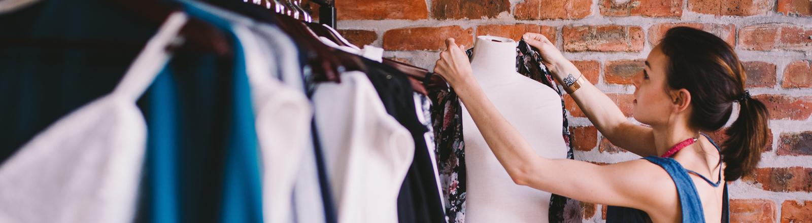 Verkäuferin in einer Mode-Boutique