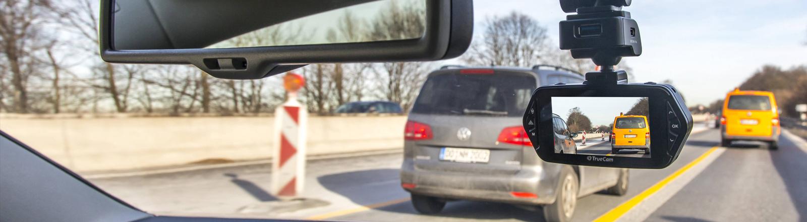 Dashcam an der Windschutzscheibe eines Autos