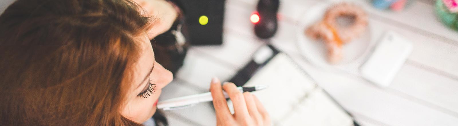 Studentin arbeitet am Schreibtisch