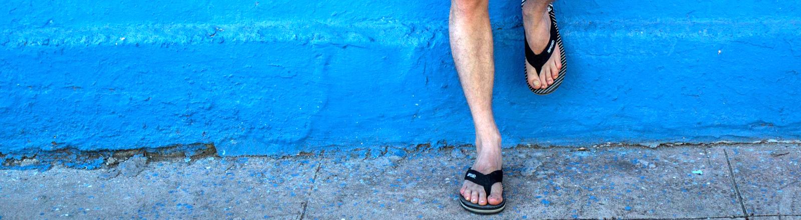 Männerfüße in Flip Flops