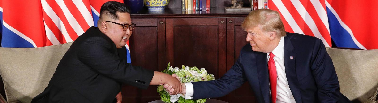 Kim Jong Un und Donald Trump schütteln sich die Hand