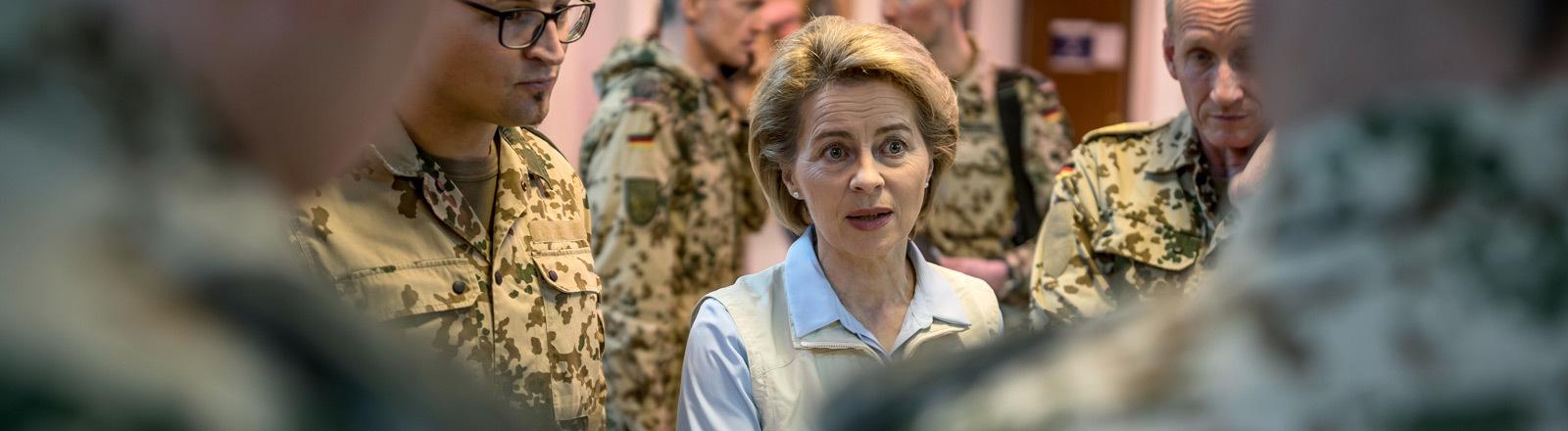 Verteidigungsministerin von der Leyen mit Bundeswehrsoldaten.