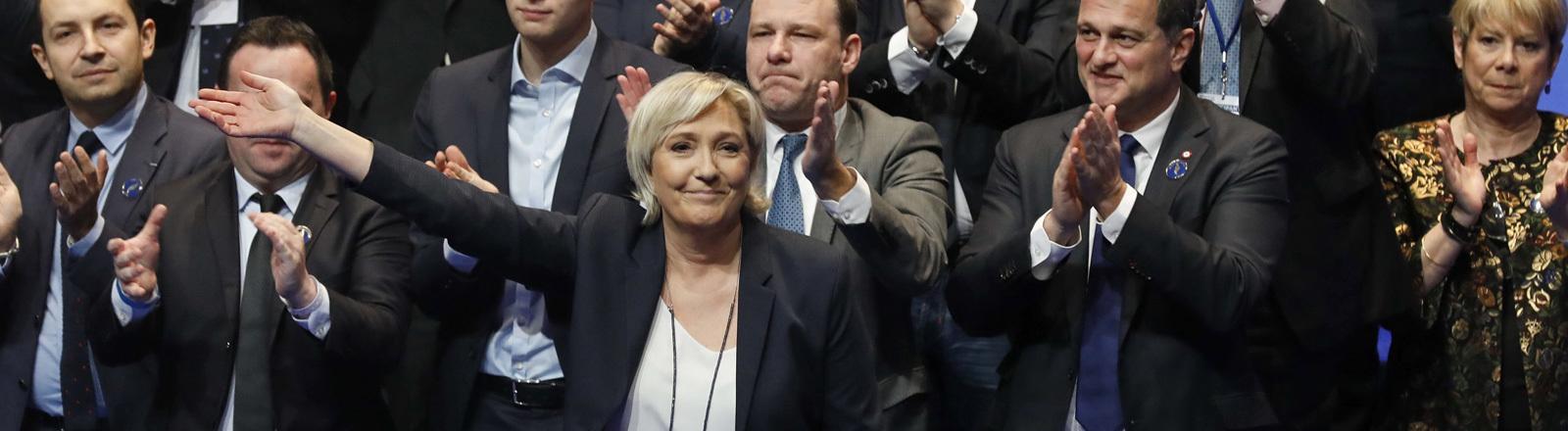 Auf einem Parteitag des Front National (11. März 2018) erhält Parteichefin Marine Le Pen Beifall; Foto: dpa