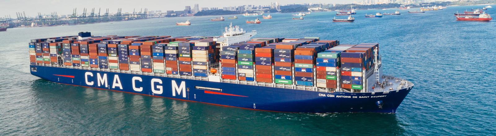 Blick auf das Containerschiff Antoine de Saint Exupéry, das rund 20.000 Container geladen hat.